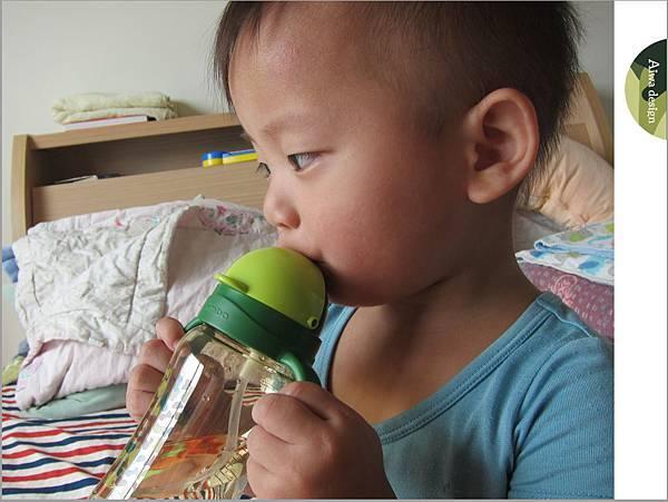 【育兒好物】小獅王辛巴─PPSU自動把手滑蓋杯240ml(迷彩),吸吮更順暢-26.jpg