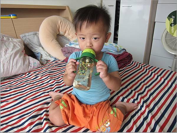 【育兒好物】小獅王辛巴─PPSU自動把手滑蓋杯240ml(迷彩),吸吮更順暢-25.jpg