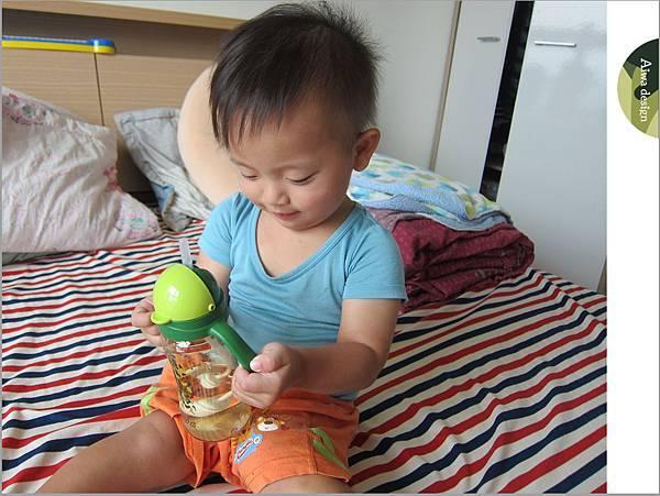 【育兒好物】小獅王辛巴─PPSU自動把手滑蓋杯240ml(迷彩),吸吮更順暢-27.jpg