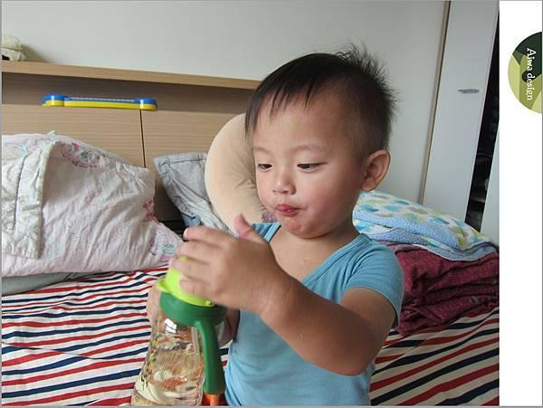 【育兒好物】小獅王辛巴─PPSU自動把手滑蓋杯240ml(迷彩),吸吮更順暢-28.jpg
