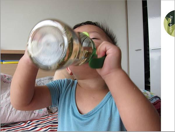 【育兒好物】小獅王辛巴─PPSU自動把手滑蓋杯240ml(迷彩),吸吮更順暢-29.jpg
