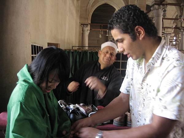 在埃及,女生都要穿斗篷才能進入清真寺喔!.JPG