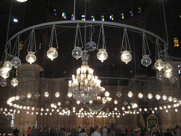 寬廣的聖堂內凌空垂降枝型吊燈及球燈,氣勢磅礡.JPG