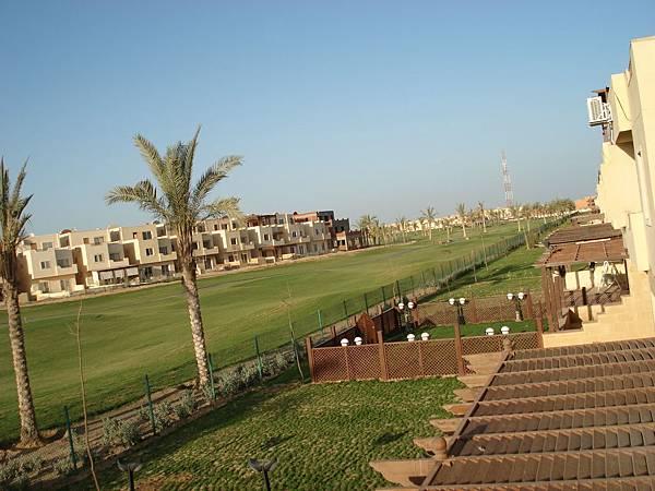 高級別墅區裡頭有寬闊的高爾夫球場.JPG