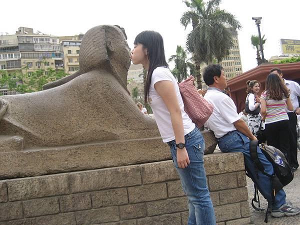 Ting-Yao kiss the Sphinx.jpg