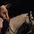 愛華第一次騎白馬呢!.JPG
