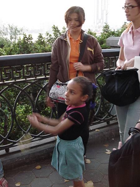 一直要求我們買花的埃及小女生.JPG