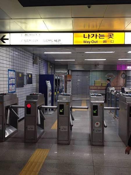 我們在地鐵內 然後前方的鐵柵門是拉下的 看到當下好惶恐 怕出不去.jpg