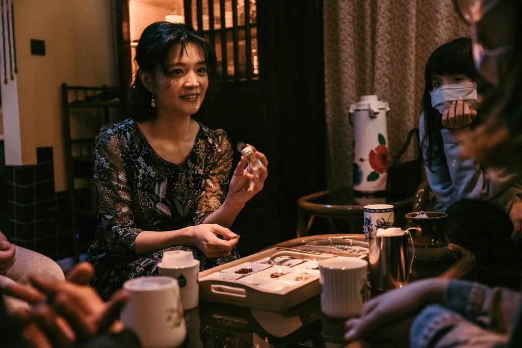 劉曉萍為賓客們特調每一杯茶.jpg