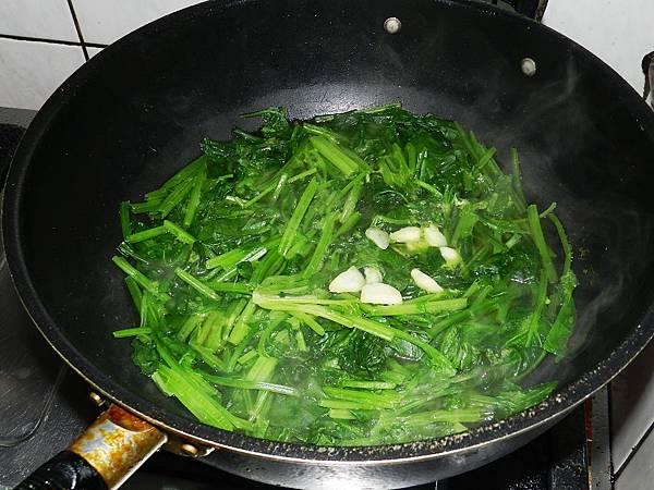 水煮菠菜加油與蒜頭