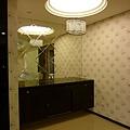 水晶燈與天然黑檀餐具櫃.JPG