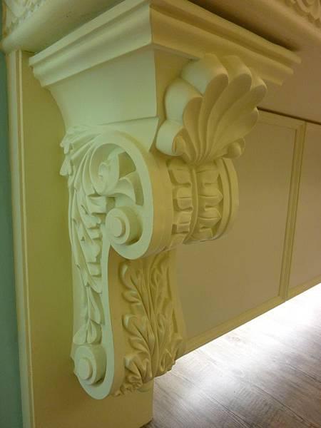 壁爐雕刻.JPG