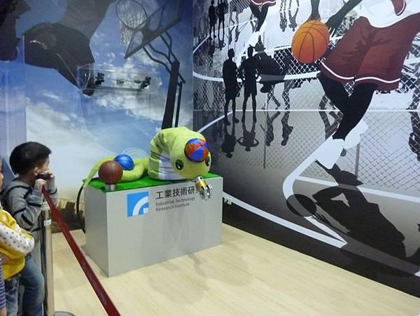 蛇形刁手投籃機器人