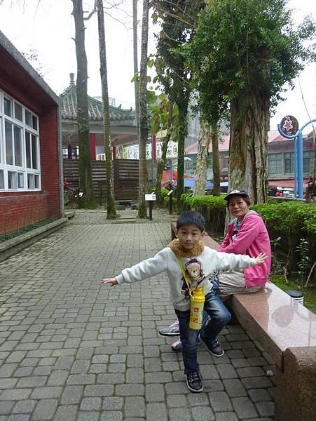 內灣林業展示館祖孫照