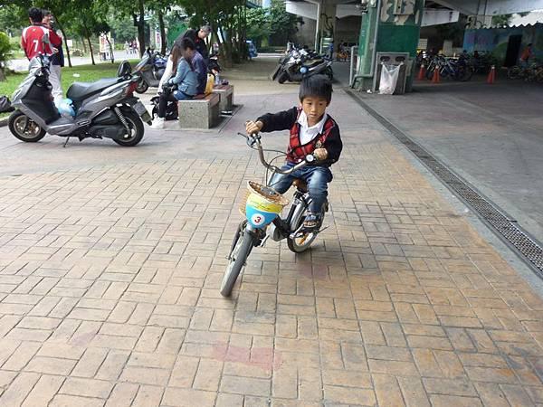 騎腳踏車2.JPG