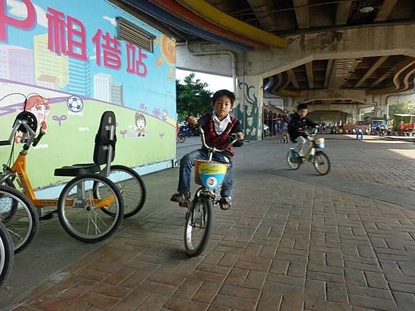 騎腳踏車3.JPG