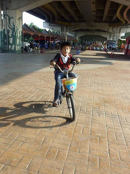 騎腳踏車4.JPG