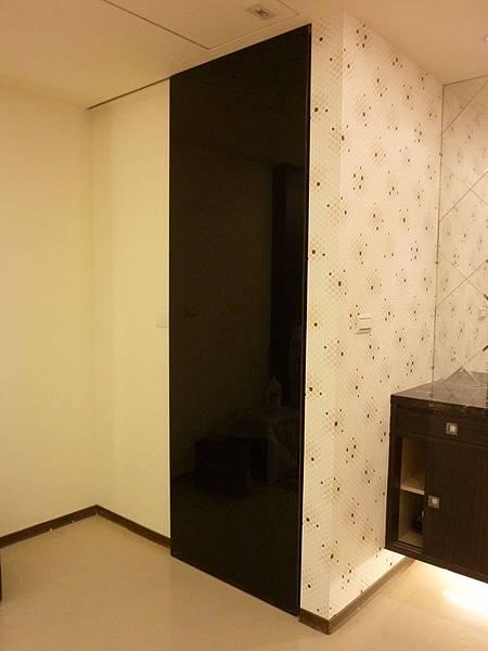 黑烤漆玻璃造型推拉門.JPG
