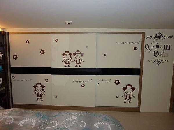主臥衣櫃壁貼.JPG