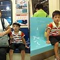 坐捷運.jpg