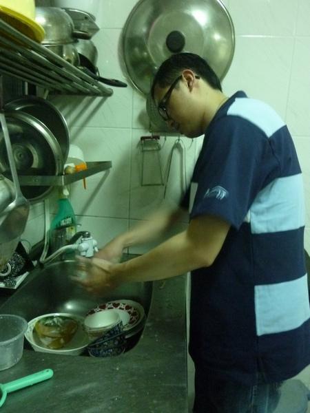 大弟洗碗.JPG