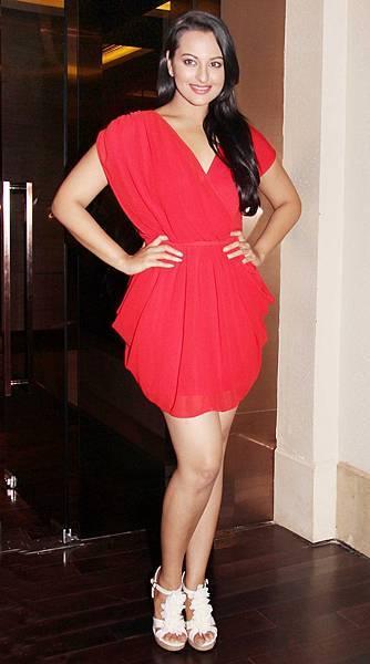 Sonakshi-Sinha-Milky-Leg-Show-in-Her-Birthday-Party-Photo-Gallery-Stills-1