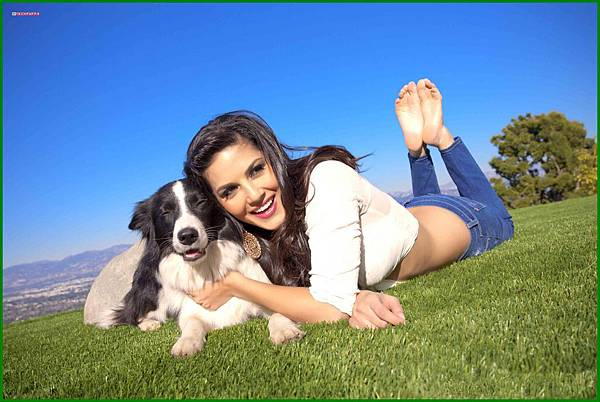 SunnyLeone-With-her-Pet-Dog-