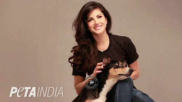 Sunny-Leone-with-her-Rescued-Dog1