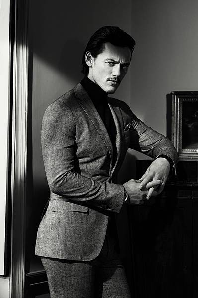 Celeber-ru-Luke-Evans-InStyle-Man-Magazine-Photoshoot-2014-04