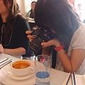 拿著大砲相機在拍食物的檸檬