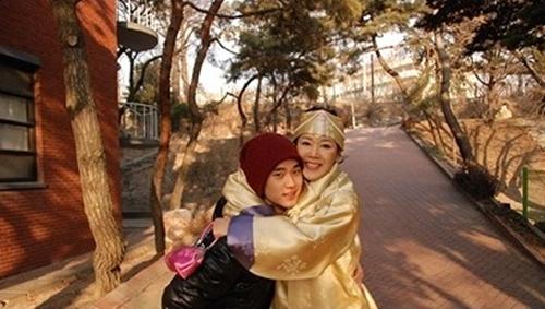 金秀賢,公開與媽媽的合照,好黏媽媽啊!(01)