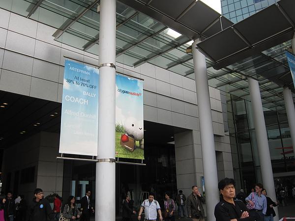 006-東薈城Outlet的愛心小白超口愛 (右下角的大叔...)