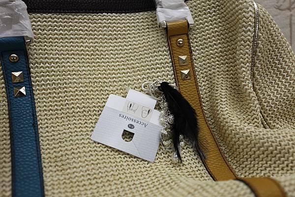 B) 羽毛款銀色 皮包吊飾 $390