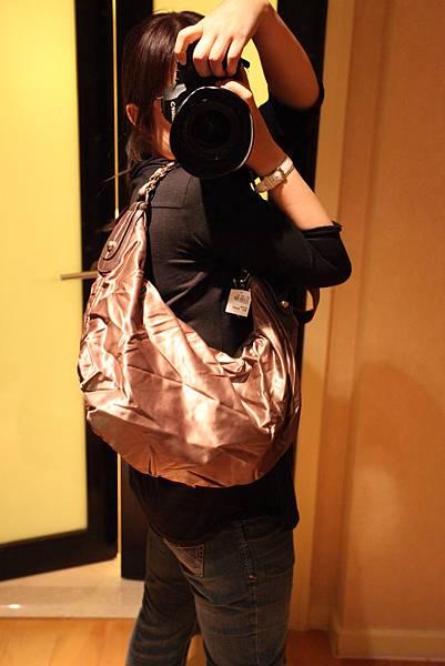 1) VINCCI (TODS款) 肩背彎月金屬鍊包棕色 $2280