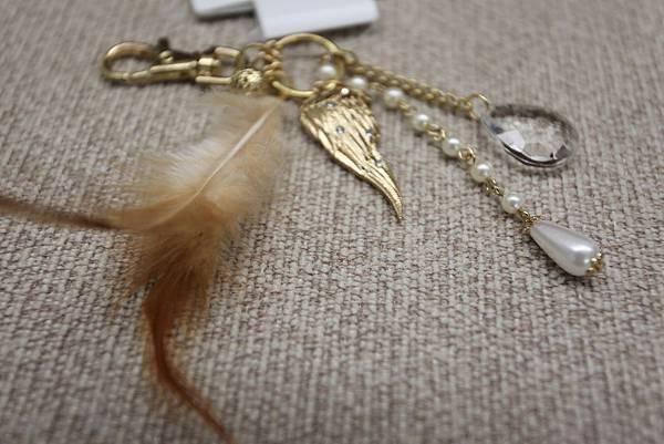 A) 羽毛款金色 皮包吊飾 $390