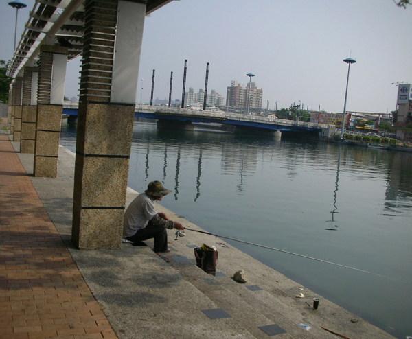悠閒的釣客