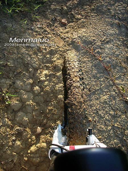 猴輪開始陷入泥巴