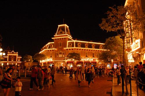 迪士尼車站充滿歸賦的人潮