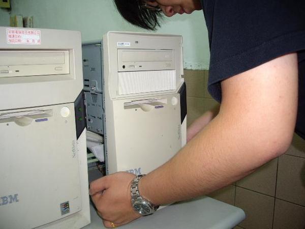 這台電源按鈕卡住、拆開面板修理中