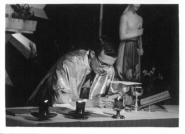 晉鐸後首祭彌撒中成聖體1967.05.01.jpg