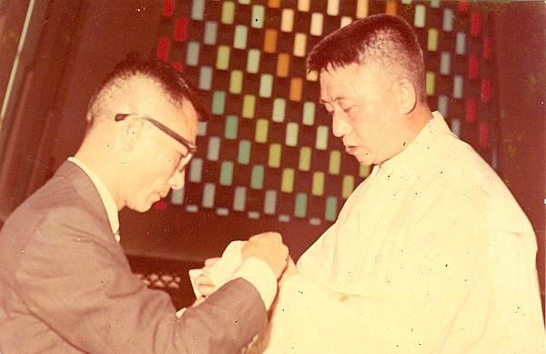 17. 1967年4月30日在聖家堂(羅光主教)晉鐸,胞弟富恭為我捧聖油帶.jpg
