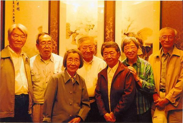 49.(左一)宅恭(三弟),(左二)李洪年(寀恭的先生),(左三)容恭(大姊),(左四)張神父,(右三)宧恭(五妹),(右二)寀恭(四妹),(右一)陶家旺(宧恭的先生)2011年5月20日..jpg