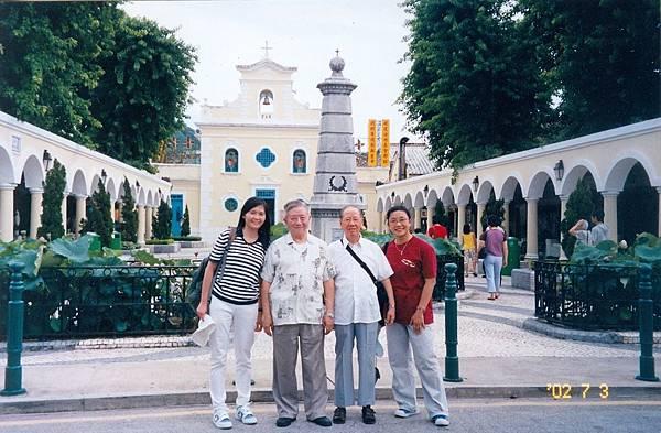 28. 2002年7月3日訪問澳門。左起羅惠珠(經濟系秘)、張神父、朱神父、薛丹妮.jpg