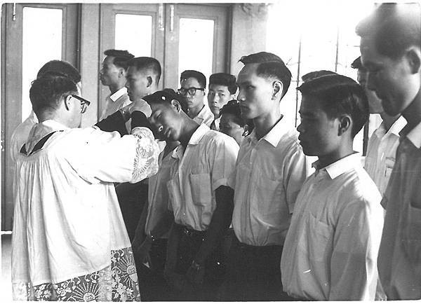 李神父-60年代在台中給大學生付洗.jpg