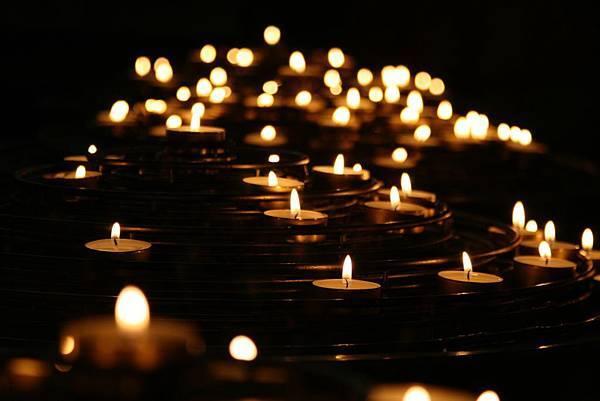 光在黑暗中照耀.jpg