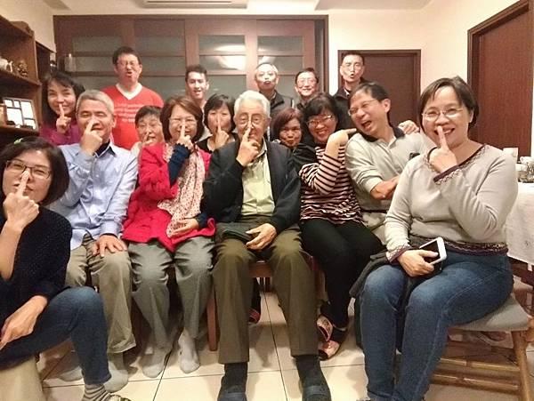 和神父與團員們的趣味合照.jpg