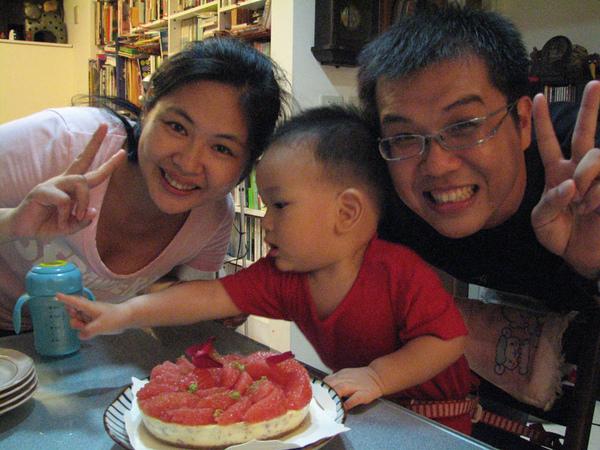 大人一直看鏡頭,小孩一直看蛋糕