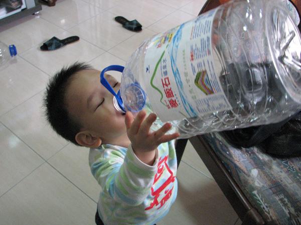 孩子,你是這麼喝水的嗎?