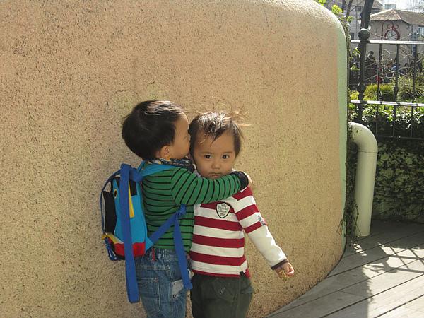 兩個兄弟親一個