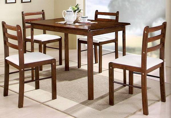 簡約一桌四椅組合,四張小朋友有找喔!